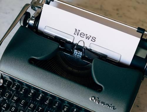 alte Schreibmaschine und Newspapier